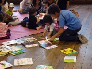 絵本を選ぶ子どもたち