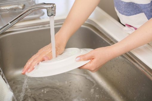 子育て世代のパパ達に覚えてほしい「お皿洗い」の注意点